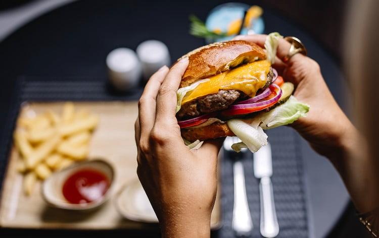 hambúrguer com cheddar